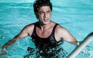 When a fan sneaked into SRK's home for a swim!