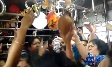 देखें वीडियो, कृष्ण भक्तों ने मुंबई लोकल में कैसे मनाया दही हांडी उत्सव
