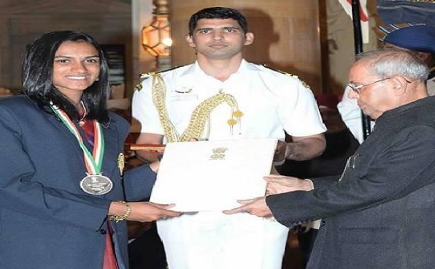 राष्ट्रपति से पुरस्कार ग्रहण करतीं पीवी सिंधु