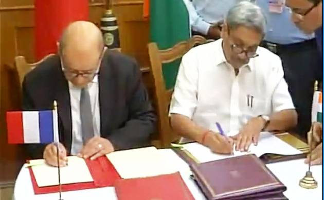 Indian Defence Minister Manohar Parrikar and his french counterpart Jean Yves Le Drian (Image: Twitter/ANI)