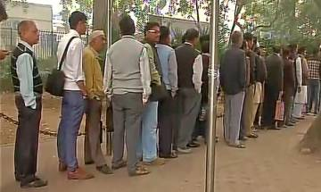 Cash crunch on pay day: Heavy rush at ATMs, banks