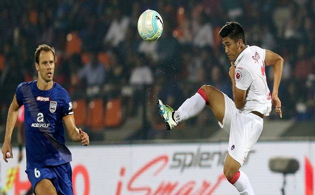 Mumbai City FC and Delhi Dynamos players during the match (source: twitter/DelhiDynamos)
