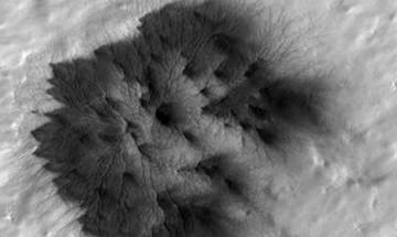 Mars Reconnaissance Orbiter discovers growth of troughs that could be infant version of Martian spiders