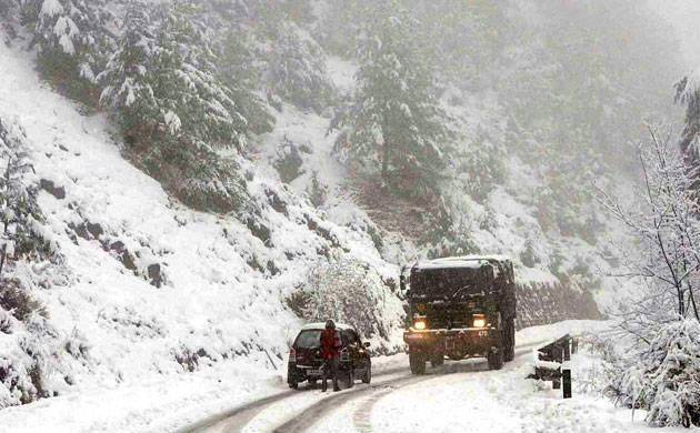 Kashmir Valley remains cut off  from rest of the country due to snowfall (File Photo)