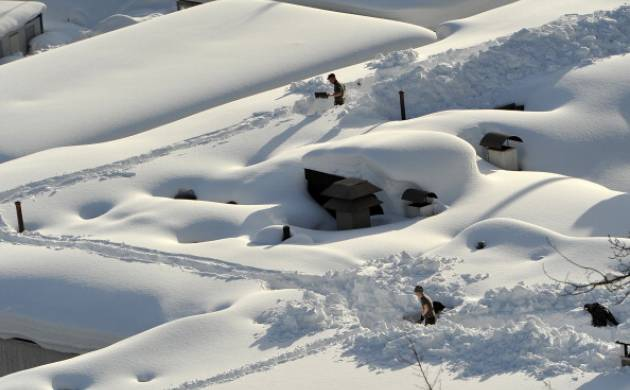 Snow shoveling may raise heart health warning in men: Study (Getty Images)