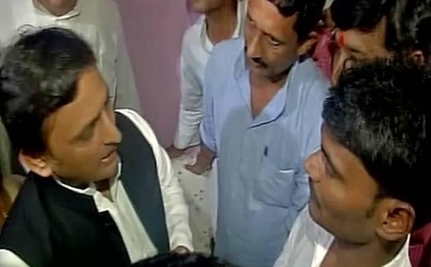 Gorakhpur hospital deaths: Akhilesh Yadav visits families of victims (ANI Photo)