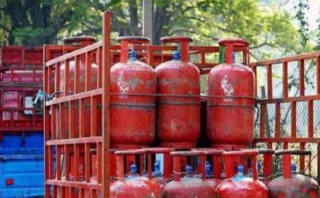 Price of non-subsidised domestic LPG cylinder hiked by Rs 93 in Delhi; new rates to be applicable from Nov 1. (File Photo)