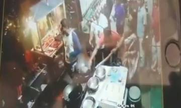 Maharashtra: Roadside eatery vendor throws hot oil on customer after brawl