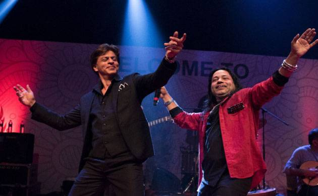IFFI 2017: Shah Rukh Khan dances like a 'Jungli' while Kailash Kher sings (Picture credits- Kailash Kher's Twitter)