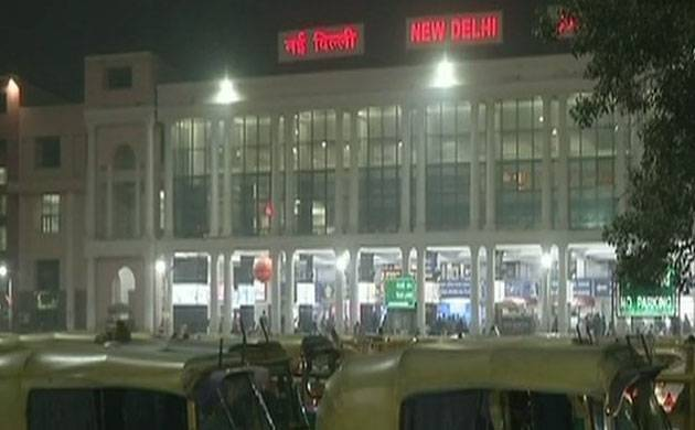 New Delhi: 45 trains delayed, 4 re-scheduled and 3 cancelled due to fog (Source: Twitter, ANI image)