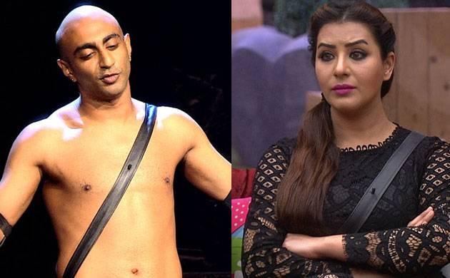 Bigg Boss 11: Akash Dadlani forcibly KISSES Shilpa Shinde (watch video)