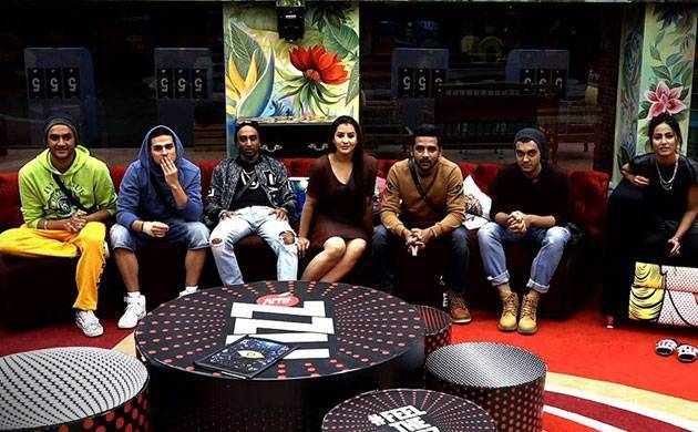 Bigg Boss 11: THESE two contestants get emotional on seeing their mothers (watch video) (Source- Colors' Twitter)