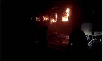 Watch |Fire breaks out in four coaches of Patna-Mokama passenger train; no casualties reported