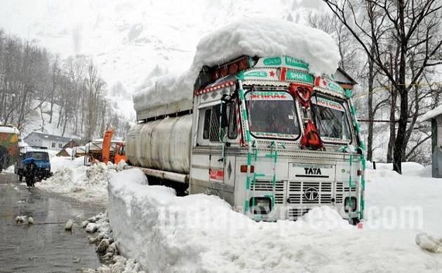 Fresh snowfall leads to closure of Jammu-Srinagar National Highway (File Photo)