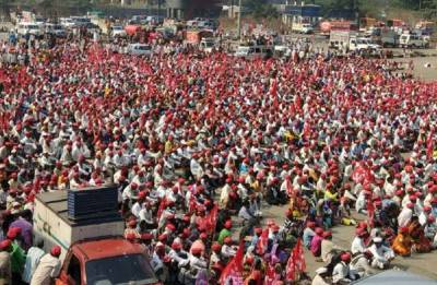 Over 45,000 farmers demanding loan waiver, fair price reach Mumbai; CM Fadnavis calls for party meeting to discuss situation