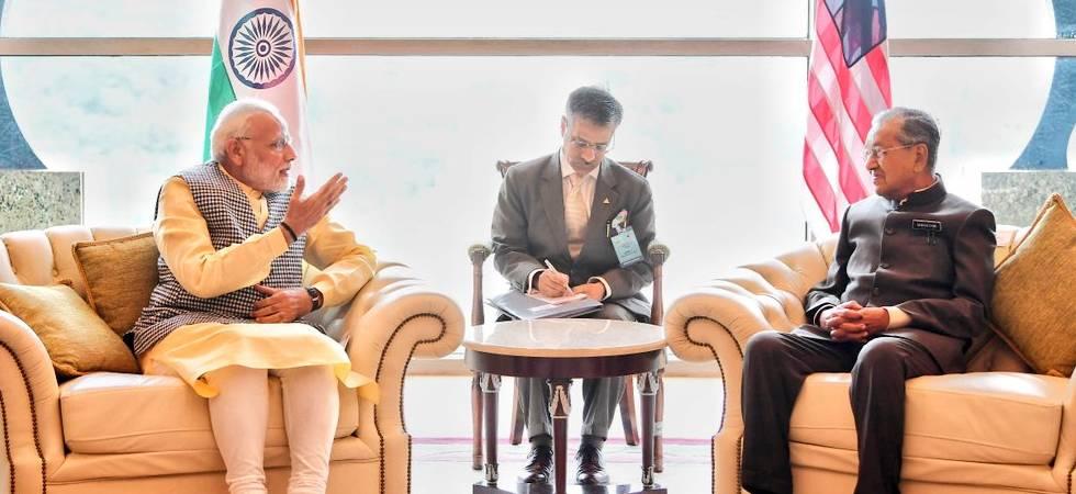 PM Modi (Left) meets Mahathir Mohammad (Right) in Kuala Lumpur (Photo: Twitter/MEA)