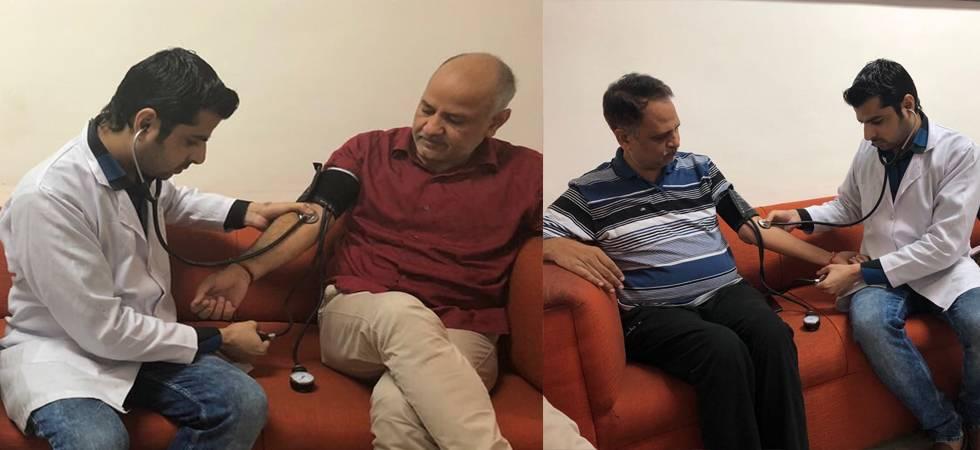 A doctor conducting Manish Sisodia and Satyendar Jain's health check-up (Image: Twitter/Arvind Kejriwal)