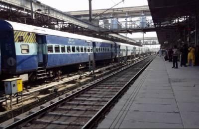 Woman bank staffer slips into train-platform gap; dies