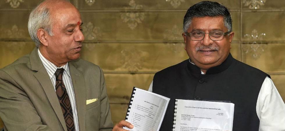 Justice Srikrishna handing over the Personal Data Protection Bill, 2018 draft to IT Minister Ravi Shankar Prasad (Photo:PTI)
