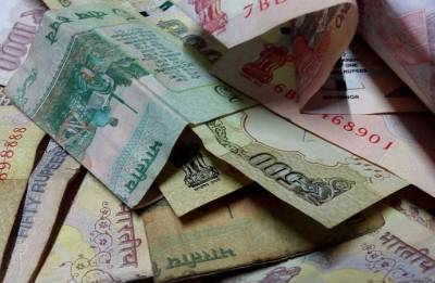 Rupee falls 2 paise to 68.69 against US dollar