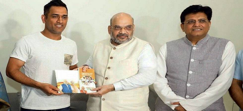 Amit Shah meets MS Dhoni for BJP's Sampark for Samarthan programme (Photo Source: PTI)