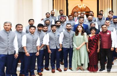 England vs India: Anushka Sharma spotted in team photograph, Twitterati goes crazy