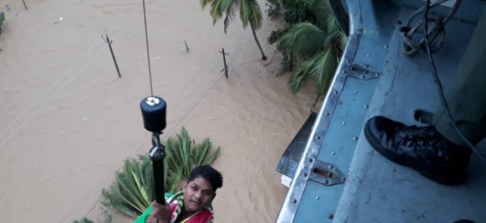 Indian Navy rescuing lives from the marooned villages in Kerala (Photo: Twitter/Indian Navy)