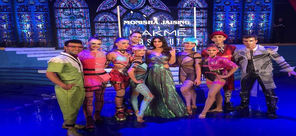 Kareena Kapoor Khan, Cirque De Soleil give breathtaking closure to Lakme Fashion Week(Photo:Twitter/@Cirque)