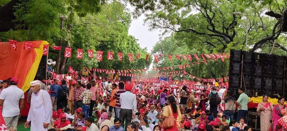 With demands of loan waiver, minimum wage, farmers turn Delhi into sea of red (Photo: Twitter/@RushabhMohan)