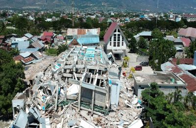 Quake-hit Indonesia asks for help, graves dug for 1,000-plus