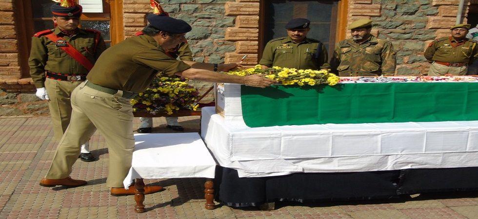 Wreath laying ceremony of martyr CISF ASI Rajendra Prasad held at DPL Srinagar (Photo- Twitter/@PoliceSgr)