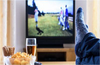 Watching TV while eating unhealthy snacks ups heart disease, diabetes risk in teens