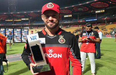 WATCH – AB de Villiers hits a one-handed six out of the M Chinnaswamy stadium