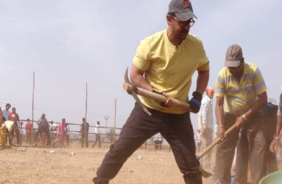 Maharashtra Day: Aamir Khan does Shramdaan at Satara district
