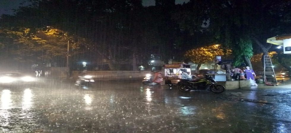 Heavy rains hit Mumbai; flight and train services affected (News Nation photo)
