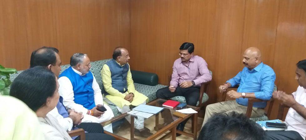 The delegation led by former Union minister Vijay Goel met DJB CEO Nikhil Kumar. (Image Credit: Twitter)