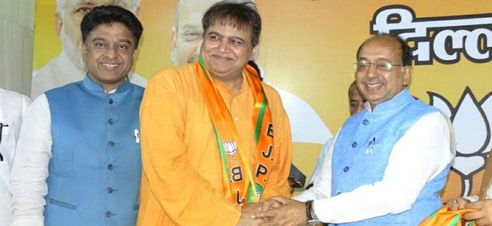 Devinder Shehrawat (Centre) had last month joined BJP. (Photo: Twitter/@VijayGoelBJP)