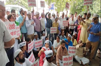 AAP protests at Manoj Tiwari's residence for levelling 'false allegations' against Manish Sisodia