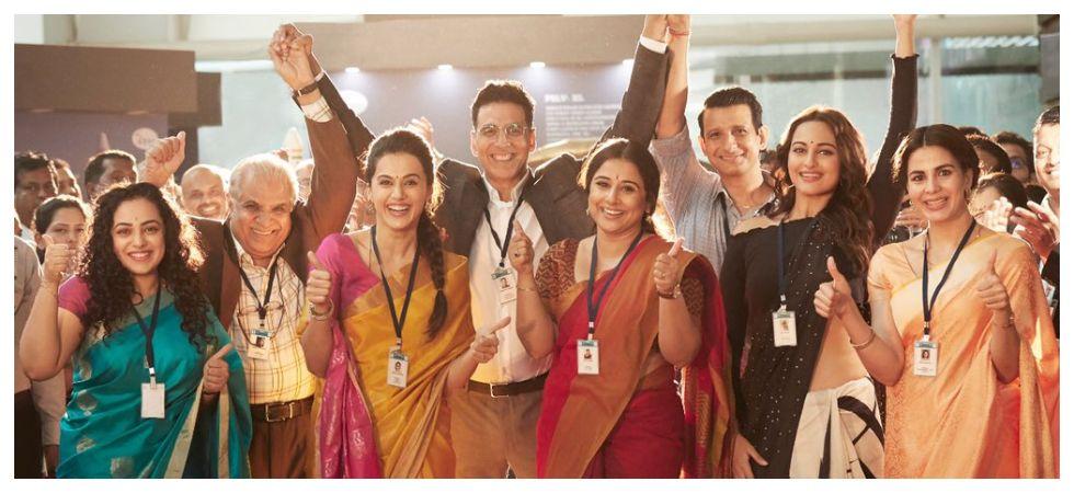 Akshay Kumar with 'Mission Mangal' team (Photo: Twitter)