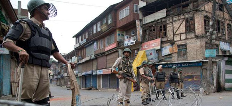 In an unprecedented move, Centre has moved 38,000 troops to Kashmir and asked tourists to leave the Valley. (PTI Photo)