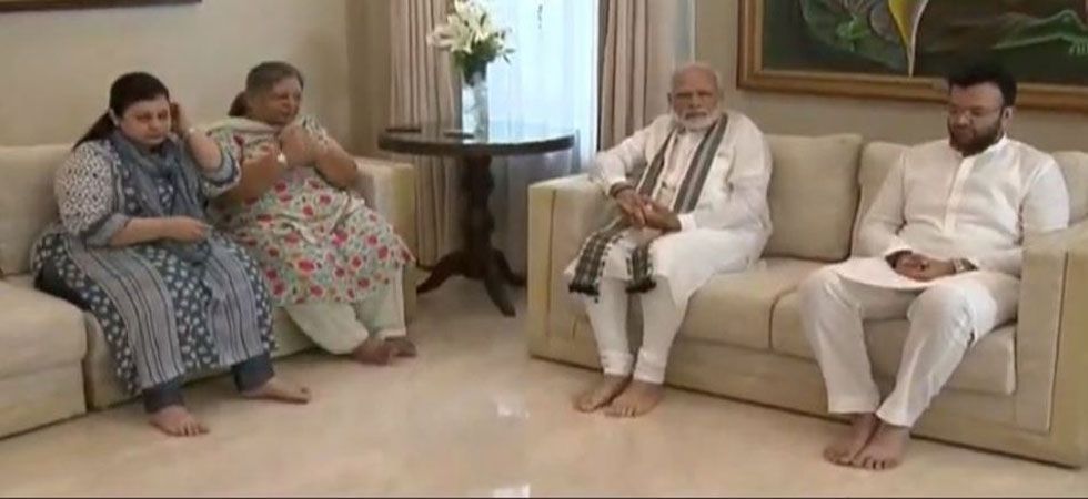 PM Narendra with family memebers of late Union minister Arun Jaitley. (Image Credit: ANI)