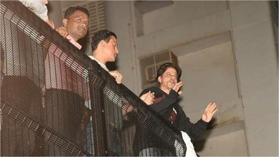 Shah Rukh Khan Greets His Fans Outside Mannat At Midnight.