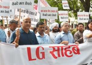 CCTV camera issue: Delhi CM Arvind Kejriwal, Manish Sisodia stage dharna outside L-G office
