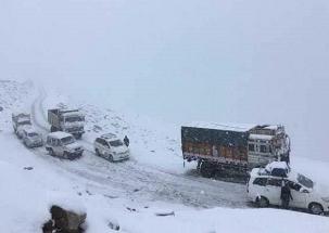 Speed News: Fresh snowfall cripples' life in Himachal Pradesh and Kashmir Valley