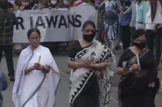 Pulwama attack: Mamata Banerjee leads huge candle march in Kolkata