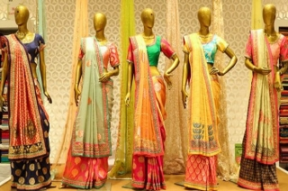 Rs 10 saree offer creates stampede-like situation in Telangana mall