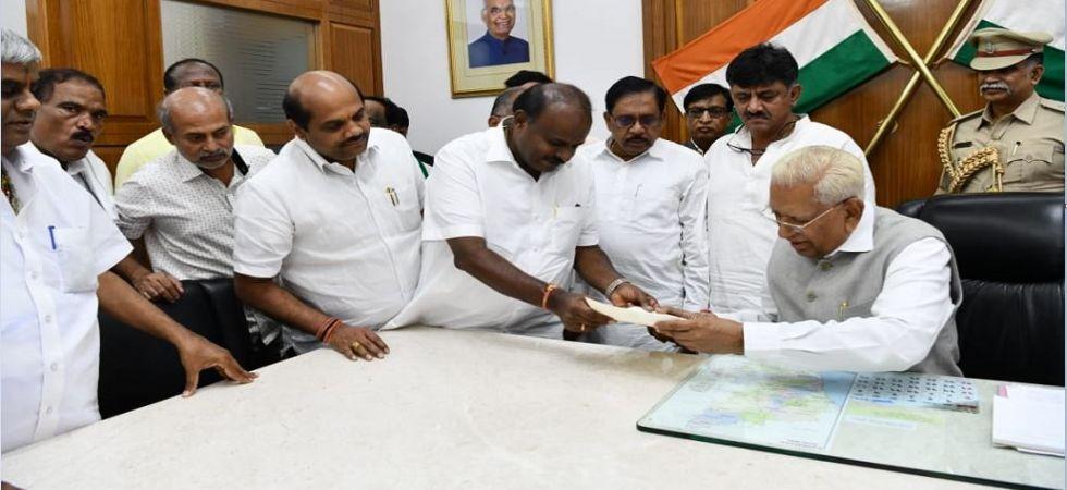 Karnataka Chief Minister HD Kumaraswamy submits his resignation to Governor Vajubhai Vala (Photo Source: News Nation)